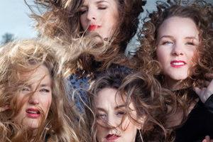 De Meisjes met de Wijsjes - MOERSTAAL