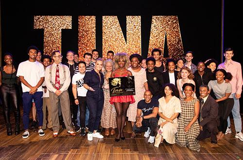 Samantha Steenwijk verrast cast TINA - De Tina Turner Musical met eerste exemplaar Nederlands castalbum
