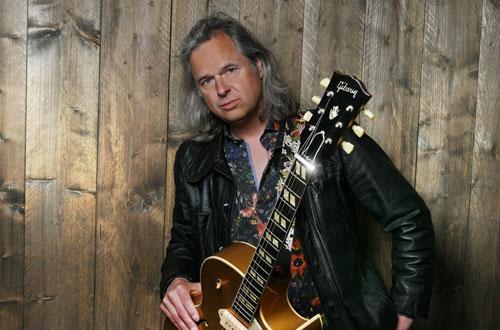 Johan Derksen voegt gitarist en zanger Erwin Nyhoff toe aan theatertournee